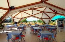 Оформление летней площадки кафе керамической плиткой: в моде снова дерево и камень