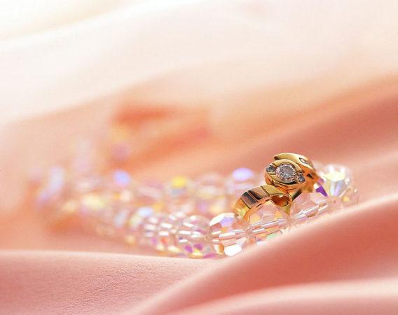 Золотые украшения – отличный способ подчеркнуть свою привлекательность
