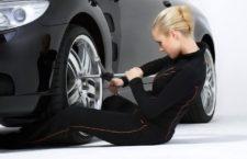 Начинающей автомобилистке — как поменять спущенное колесо